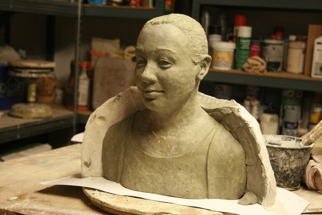 Büste aus Plastilin mit Teilen einer Gipsform